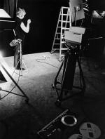 Kunstenaar  Jan van Munster aan het werk met video in het Lijnbaancentrum, foto: collectie Stadsarchief Rotterdam